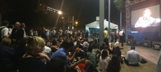 L'exemplaire participation du public . Ici à l'écoute d'un débat en soirée, dehors, entre Richard Florid, Bren Touderien et Jorge Perez