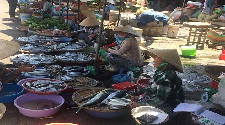 hue-vietnam-market-women
